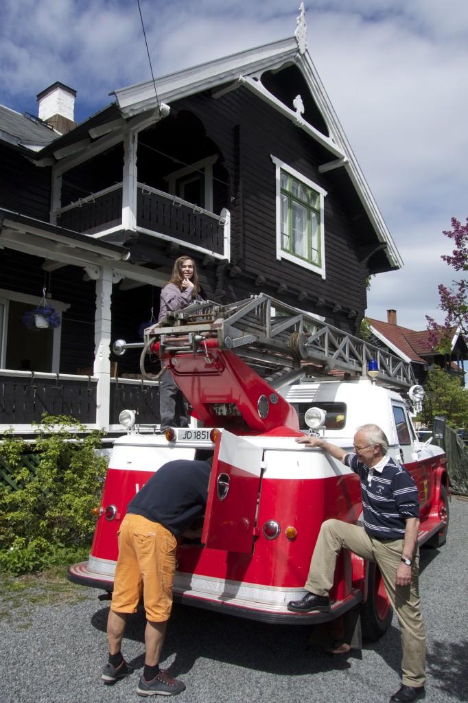 Brannbil i Løkkeveien m: Rafael på taket